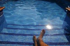 Pieds humains dans une piscine Image libre de droits