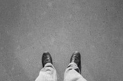 Pieds masculins dans de nouvelles chaussures en cuir brillantes noires Photos stock