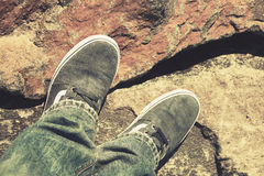 Pieds masculins dans des chaussures et des jeans de toile, rétros Photo libre de droits