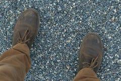 Pieds masculins dans les chaussures et des pantalons bruns en cuir de moutarde image libre de droits