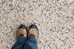 Pieds masculins sur l'asphalte humide Photos libres de droits