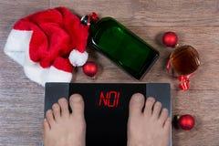 Pieds masculins sur les échelles numériques et le signe rouge non ! entouré par Chris Images libres de droits