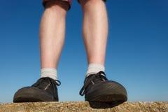 Pieds masculins utilisant des espadrilles extérieures Photographie stock