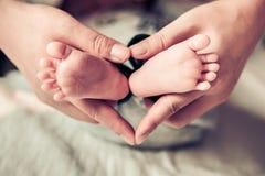 Pieds nouveau-nés de bébé Image libre de droits