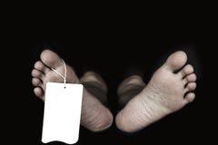 Pieds nus de femme avec le label là-dessus Photographie stock libre de droits