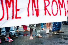 Pieds nus de marche africaine d'immigrés demandant l'hospitalité pour des réfugiés Rome, Italie, le 11 septembre 2015 Photographie stock