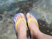 Pieds nus de Selfie portant la sandale colorée au-dessus du backgrou d'eau de mer Photographie stock libre de droits