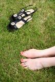 Pieds nus de Womans sur l'herbe verte Photo stock