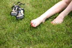 Pieds nus de Womans sur l'herbe verte Image stock