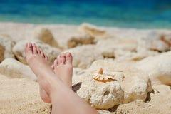 Pieds nus en mer sur le rivage de la mer Photographie stock libre de droits