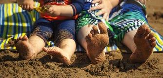 Pieds nus et sable à la plage. Photographie stock