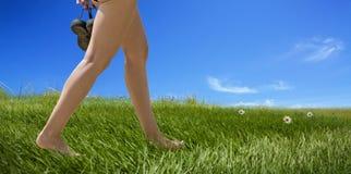 Pieds nus femelles de marche Photos libres de droits