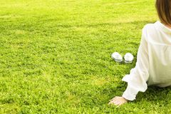 Pieds nus femelles sur l'herbe mawed de pelouse La jeune femme se reposant dehors nu-pieds, prennent un concept de coupure Étudia Photo stock