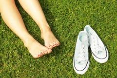 Pieds nus femelles sur l'herbe mawed de pelouse La jeune femme se reposant dehors nu-pieds, prennent un concept de coupure Étudia Photo libre de droits