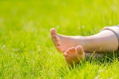 Pieds nus sur l'herbe verte Images libres de droits