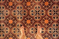 Pieds nus sur la belle tuile antique du manoir en Asie Hôtel confortable ou rétro concept de maison Images stock