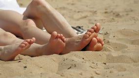 Pieds nus sur la fin de sable  ?le de Tristan Jour ensoleill? d'?t? banque de vidéos