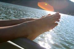 Pieds par le lac Image stock