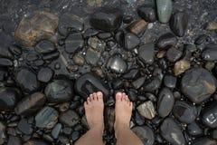 Pieds se tenant sur la plage images libres de droits