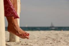 Pieds sur la plage Images stock