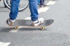 Pieds sur la planche à roulettes Photo libre de droits