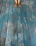 Pieds sur le fond en bois bleu Images stock