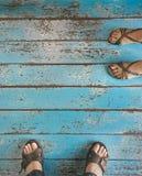Pieds sur le fond en bois bleu Image stock