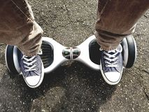 Pieds sur le hoverboard photo stock