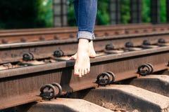 Pieds sur le plan rapproché de chemin de fer Photographie stock libre de droits