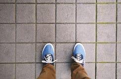 Pieds sur le trottoir Image stock