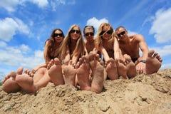Pieds sur une plage Photos stock