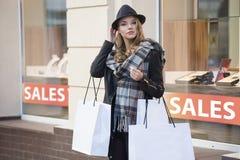 Pieg kobieta outside dla robić zakupy Zdjęcia Stock