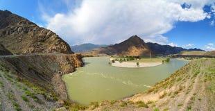 Piegamento del fiume di Katun in montagne di Altai Immagine Stock Libera da Diritti