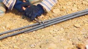 Piegamento del lavoratore ed acciaio del pacco per il lavoro della costruzione stock footage