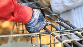 Piegamento del lavoratore ed acciaio del pacco per il lavoro della costruzione archivi video