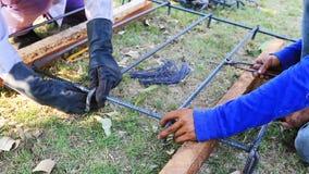 Piegamento del lavoratore ed acciaio del pacco per il lavoro della costruzione video d archivio