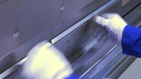 Piegamento del profilo di alluminio sulla macchina di industriale in fabbrica archivi video