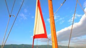 Piegare la vela sull'yacht video d archivio