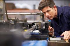 Piegatrice di Operating Hydraulic Tube dell'ingegnere della fabbrica Immagine Stock