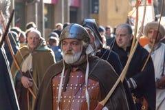 Pieghi gli uomini in costume medievale alla parata tradizionale del festival medievale di Befana di epifania a Firenze, Toscana,  Fotografia Stock Libera da Diritti