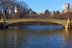 Pieghi il ponte alla mattina soleggiata in Central Park, New York Immagini Stock Libere da Diritti