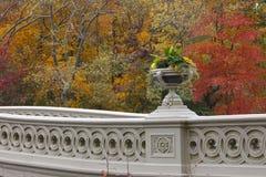Pieghi il ponticello in Central Park, NY durante la caduta Fotografie Stock Libere da Diritti