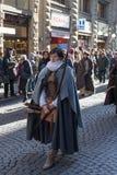 Pieghi la donna in costume medievale alla parata tradizionale del festival medievale di Befana di epifania a Firenze, Toscana, It Fotografia Stock