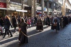 Pieghi le donne in costume medievale alla parata tradizionale del festival medievale di Befana di epifania a Firenze, Toscana, It Fotografie Stock