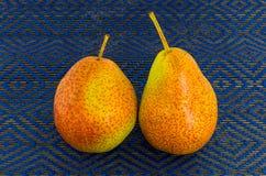 Piegowaty dwa bonkret owocowy pomarańczowy kolor żółty na błękitnym tle, wyśmienicie przekąska zdjęcia royalty free