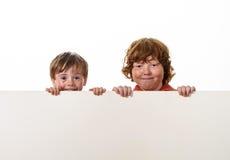 Piegowaty włosów braci ono uśmiecha się. zdjęcia royalty free