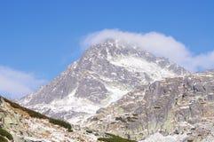 Piek in Mlynicka dolinavallei met wolken Royalty-vrije Stock Foto's