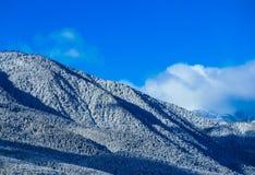 Piek, mooie natuurlijke de winterachtergrond van de bergsneeuw Ijs hoogste o Stock Afbeeldingen