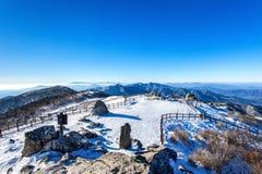 Piek van Deogyusan-bergen met ochtendmist in de winter, Ko Royalty-vrije Stock Afbeelding