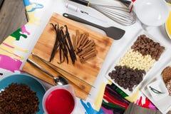 Piekarni I kucharstwa narzędzia Kolorów talerze Odgórny widok Biel stół Zdjęcie Stock